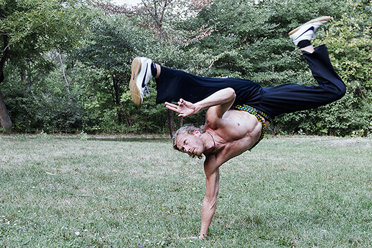 capoeira, christoph brueckl, wien, mestre madeira, fotografie, ursula schmitz, portrait, austria, willenskraft, sport, bewegung, akrobatik, tanz, ausdruck, staerke, strenght