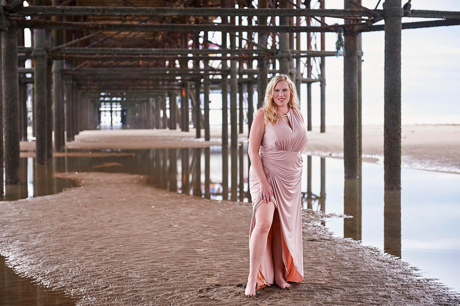 destination photography, blackpool, beach, ursula schmitz, photographer, dream photo shoot, portraiture, portraitphotography, vintage, maxidress, curves, plus size, blonde, tall,
