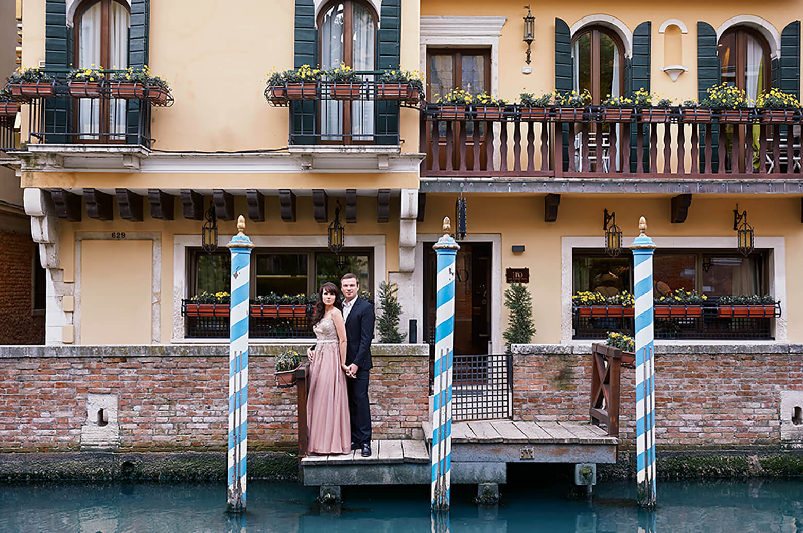 couple, love, wedding, engagement, kiss, venice, italy, ursula schmitz, romance, anniversary, portrait