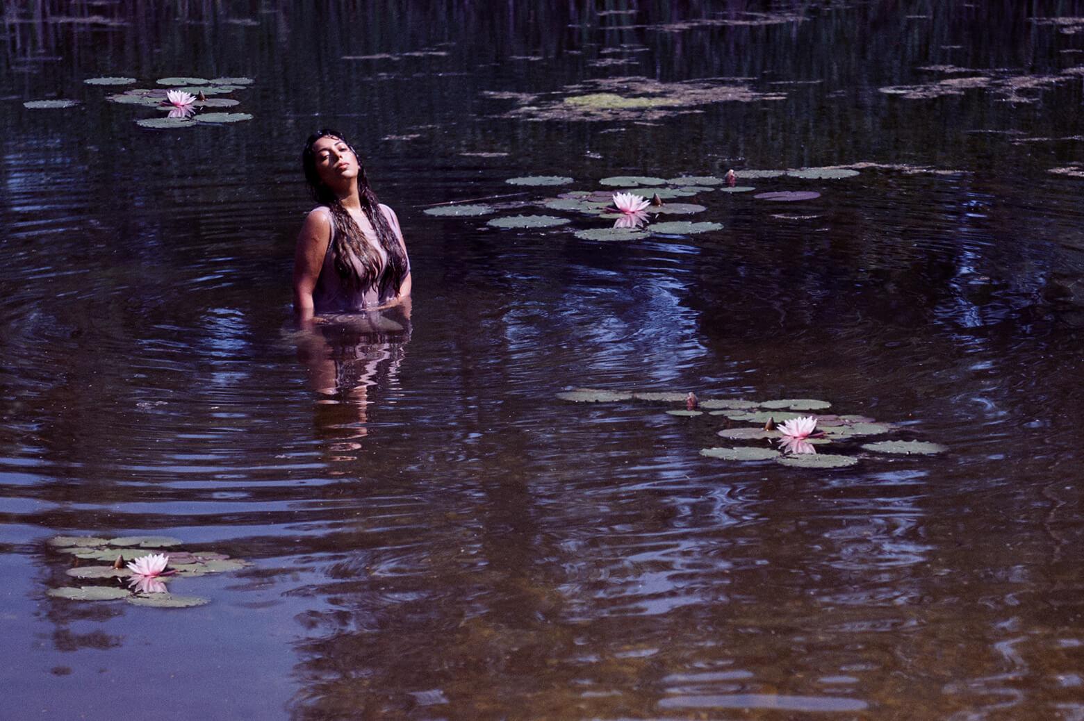 ophelia, watershoot, vienna, portraiture, fotografie, wien, ursula schmitz, seerosen, mühöwasser, wasser, sommer, beauty