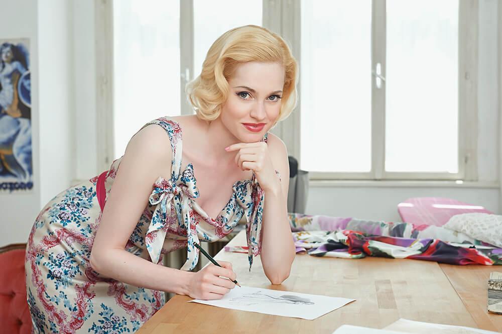 Fashion Designer Irina Hofer in ihrem Atelier in Wien, Personak Branding & Business Fotografie